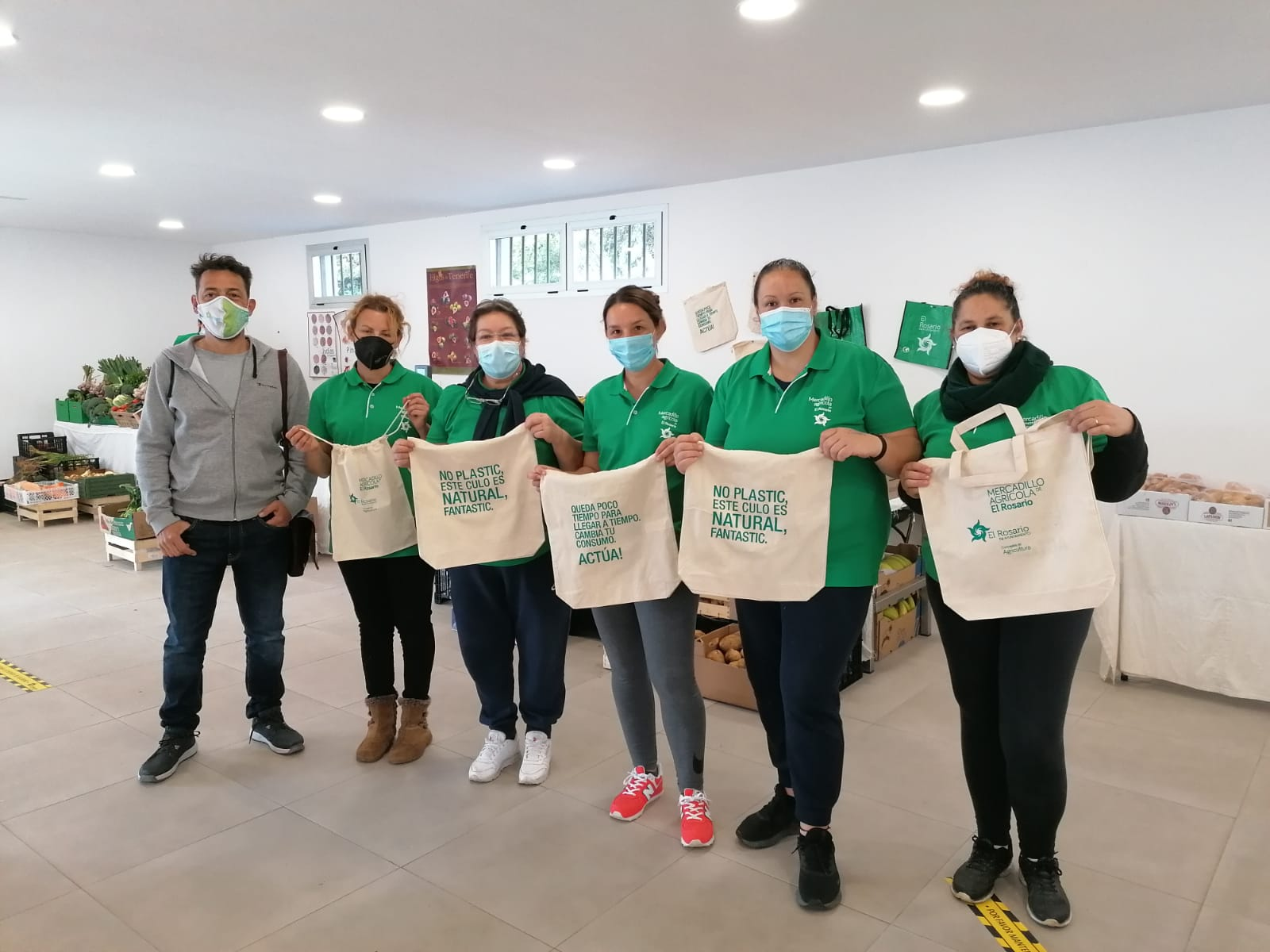 Reparto bolsas reutilizables en Mercadillo