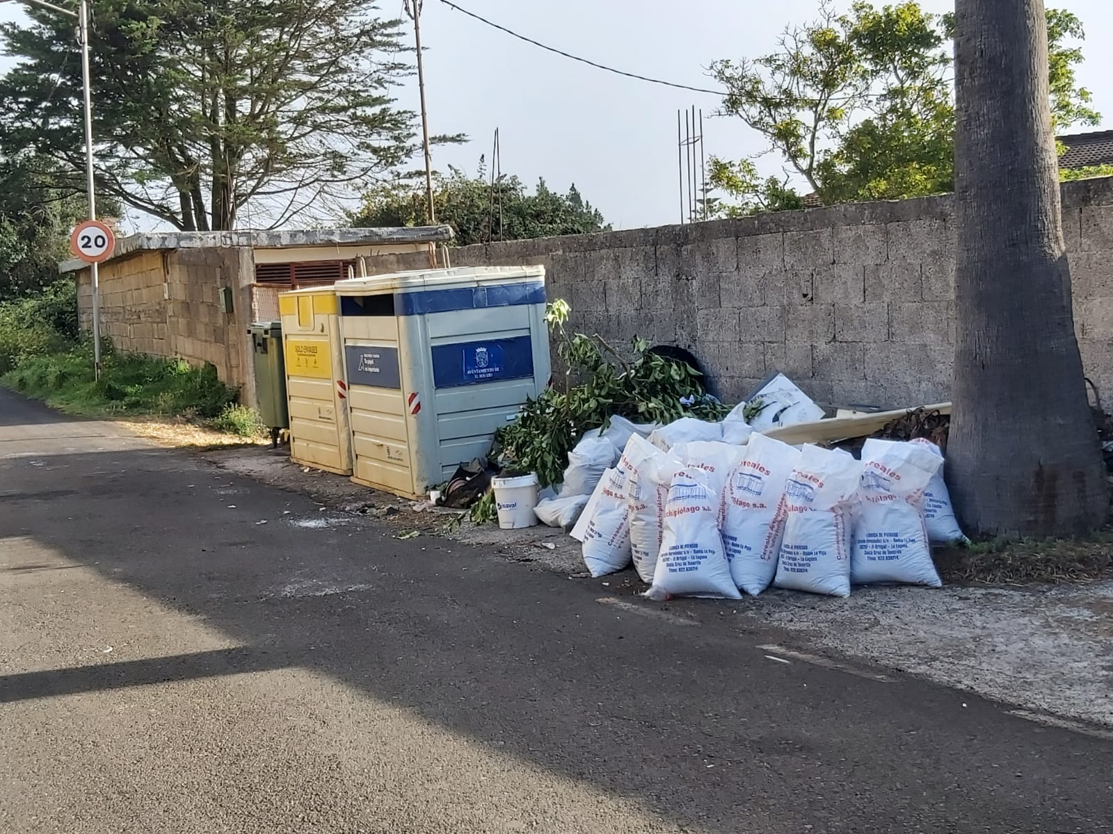 Vertido de escombros en El Rosario